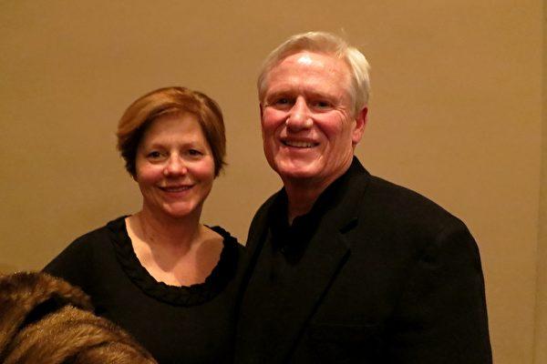 2014年1月28日晚,退休法官 Steve Hayden和夫人觀看了在美國印第安納州埃文斯維爾市艾肯劇院的首場神韻演出。Hayden先生讚歎:神韻打開了不同的視角。(唐明鏡/大紀元)