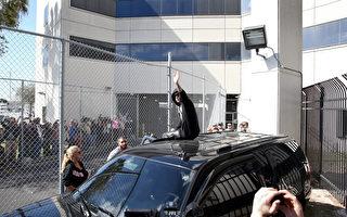 1月23日,小贾斯汀因无照醉驾并拒捕被拘,当日保释出狱后坐在车顶向粉丝挥手。(Joe Raedle/Getty Images)