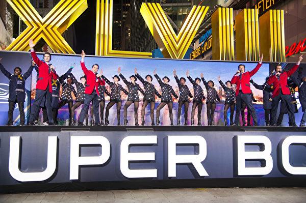 """2014超级杯期间,从1月29号到2月1号,在百老汇大道34街到47街的区间,被叫做""""超级杯大道"""",整个时代广场将被以""""超级杯""""为主题的活动占据。(戴兵/大纪元)"""