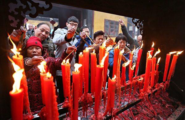 1月31日大年初一早上,大陸各地成千上萬的徹夜排隊的香客紛紛搶燒頭柱香。圖為,江蘇南通民眾在燒香祈福。(ChinaFotoPress/Getty Images)