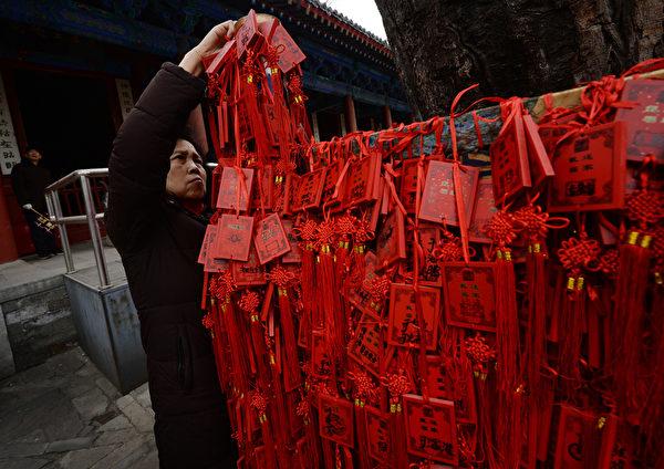 1月31日大年初一早上,大陸各地成千上萬的徹夜排隊的香客紛紛搶燒頭柱香。圖為,廣東東莞民眾在燒香祈福。(Photo credit should read MARK RALSTON/AFP/Getty Images)