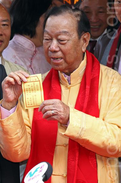 甲午马年的大年初二是香港的车公诞,乡议局主席刘皇发按传统习惯,到沙田车公庙为香港上香祈福,求得一支中签,签文指积善天赐福,自然福长祸潜消。(潘在殊/大纪元)