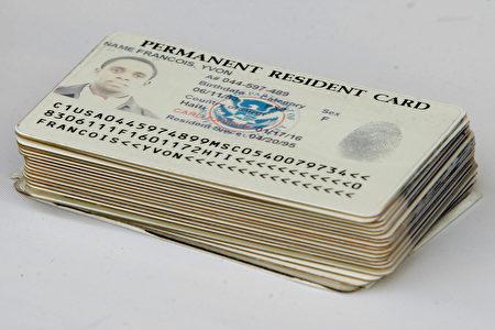 美國公民與移民服務局週一(26日)公布新版的永久居民申請與身分調整I-485表格。圖為美國綠卡。(Chip Somodevilla/Getty Images)