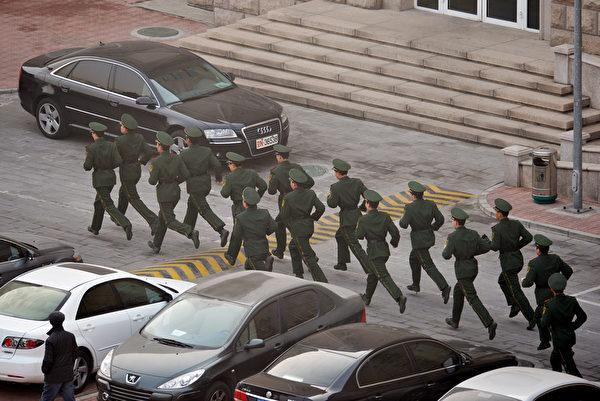 中共江澤民集團在近日發出「同歸於盡」的死亡威脅後,習近平陣營也加大了對江澤民集團的打擊力度,在過年期間拋出季建業案。(Mark RALSTON/AFP)