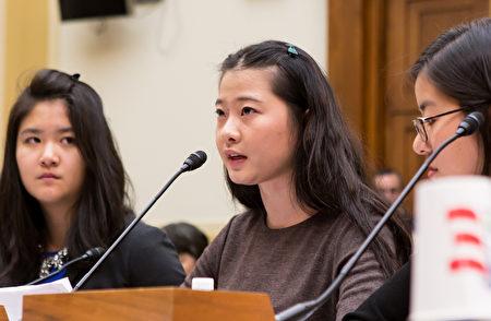 """著名人权律师高智晟的女儿耿格(中)在美国国会举行的""""让我们的父亲自由""""为主题的人权听证会上发言。(摄影:李莎/大纪元)"""