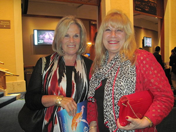 Regan公司老闆Ferian Andre與朋友Charla Levine觀看了1月31日晚的神韻晚會。他們對演出讚不絕口。(秦紫寰/大紀元)