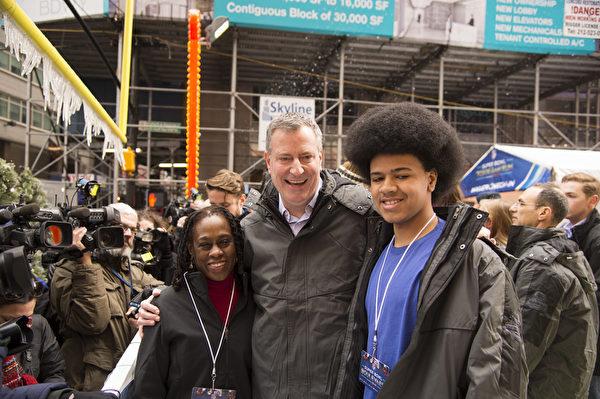纽约市长白思豪(Bill de Blasio)携夫人Chirlane McCray and 儿子Dante de Blasio 访问超级杯大道( Super Bowl Boulevard)。(戴兵/大纪元)