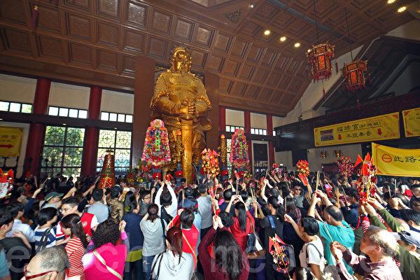 大年初三俗稱赤口,傳統上市民不會拜年;因此數萬香港市民一早到車公廟參拜,廟內香火鼎盛,善信除了上香外,亦有轉風車以及擊鼓祈福。(潘在殊/大紀元)