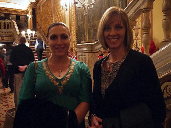 商业地产公司部门总裁Tori Nook女士(左)和朋友Terry共同观看了2月2日下午在克利夫兰的神韵演出后,赞赏神韵为复兴传统文化所作出的努力。(温文清/大纪元)