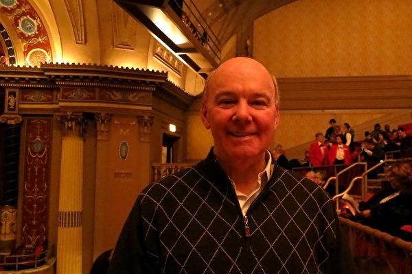 2月2日下午,能源公司总裁John Miller观看了克里夫兰国家剧院的第二场神韵晚会。他赞叹神韵演员的高度自律。(唐明镜/大纪元)