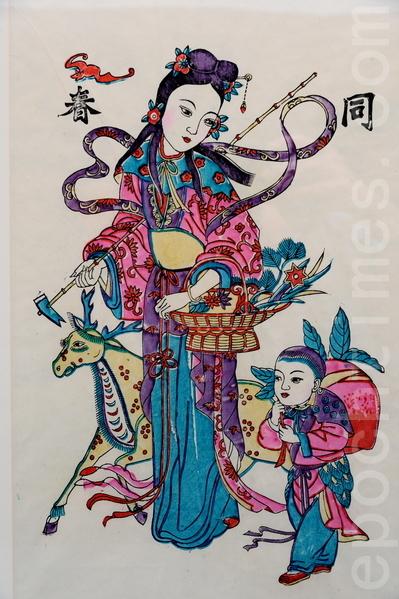 挂年画作为传统中国新年的一项习俗,家家户户挂起各种丰富多彩的年画,平添了许多兴旺欢乐的喜庆气氛,也包含祈福避邪的意愿。(宋碧龙/大纪元)