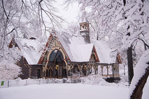 纽约市周一大早开始下大雪,纽约中央公园宛如冰雪童话世界。(戴兵/大纪元)