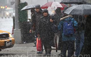 紐約街頭在雪中的行人。(攝影:杜國輝/大紀元)