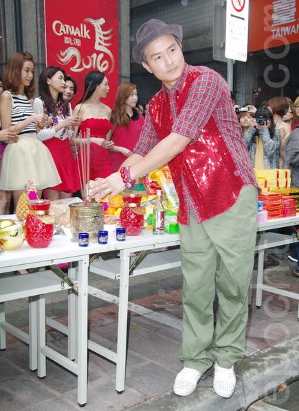 凯渥模特儿经纪公司2月4日上午选在吉时11点半开工,影帝李铭顺开心宣布老婆范文芳怀孕。(黄宗茂/大纪元)