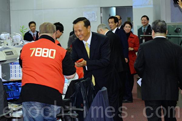 港交所行政總裁李小加在新年開市派發紅包給員工們。(宋祥龍/大紀元)