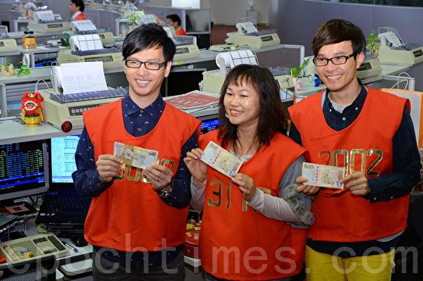 港交所主席周松崗在新年開市派發紅包給交易所員工。(宋祥龍/大紀元)