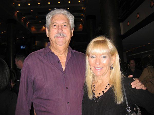 出版商Steve Fiske先生和任财政金融顾问的女友Rose Hebela在观看演出后盛赞神韵是一个内涵无穷的视觉盛宴。(王艾兰/大纪元)