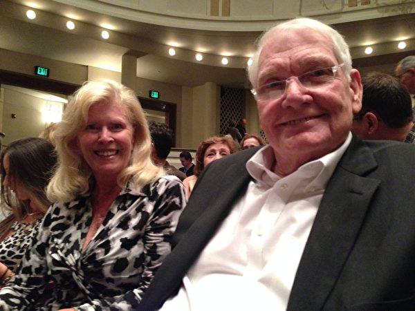 """MAX CISTON 先生退休前是一家电子公司的总裁。他与Mary Ann O'grady女士观看了2月7日晚的神韵演出后说:""""神韵演出实在是太美好了,希望神韵明年再来""""(秦紫寰/大纪元)"""