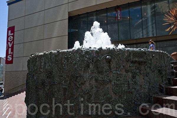 在苹果旗舰店的设计中将拆除此前李维斯店后的喷泉。(大纪元)