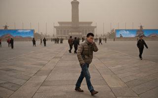 駱家輝以北京霧霾(陰霾)這個環境污染問題為例強調,言論自由是社會穩定的力量。(Ed Jones/AFP)