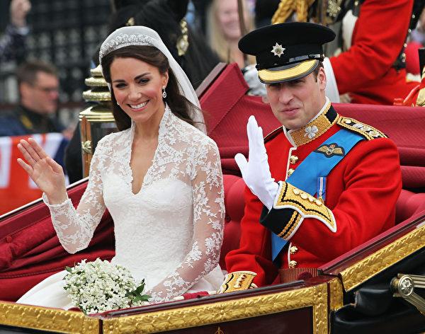 """威廉王子大婚时,伊丽莎白女王将""""Halo""""钻石冠冕借予孙媳妇凯特王妃佩戴。(Sean Gallup/Getty Images)"""