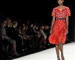 2014年2月10日,纽约时装周模特儿展示设计师卡洛琳娜‧海莱娜最新设计的秋冬系列新款女装。(Don Emmert/AFP)