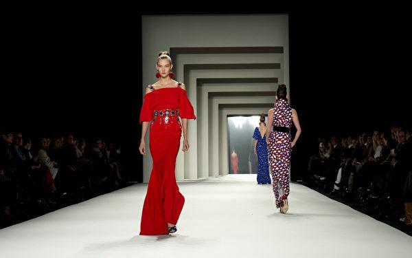 2014年2月10日,紐約時裝週模特兒展示設計師卡洛琳娜‧海萊娜最新設計的秋冬系列新款女裝。(Don Emmert/AFP)