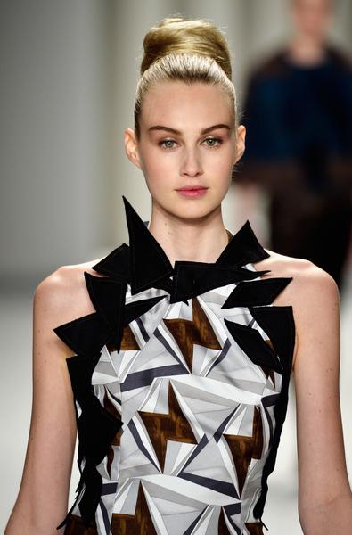 2014年2月10日,紐約時裝週模特兒展示設計師卡洛琳娜‧海萊娜最新設計的秋冬系列新款女裝。(Frazer Harrison/Getty Images for Mercedes-Benz)