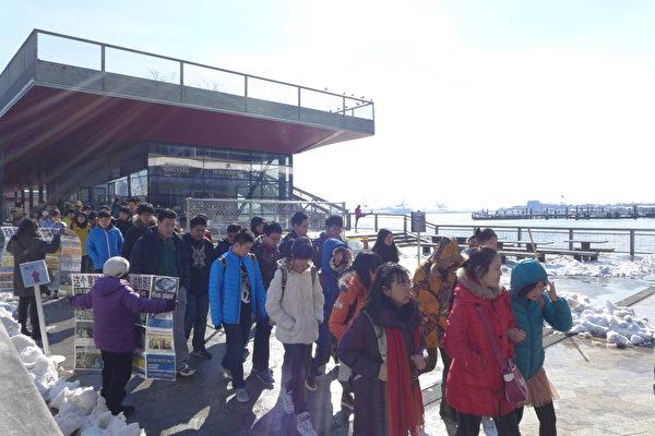 近几年,前来17号码头参观的大陆学生团特别多,常由老师带队集体出游。(蔡溶/大纪元)