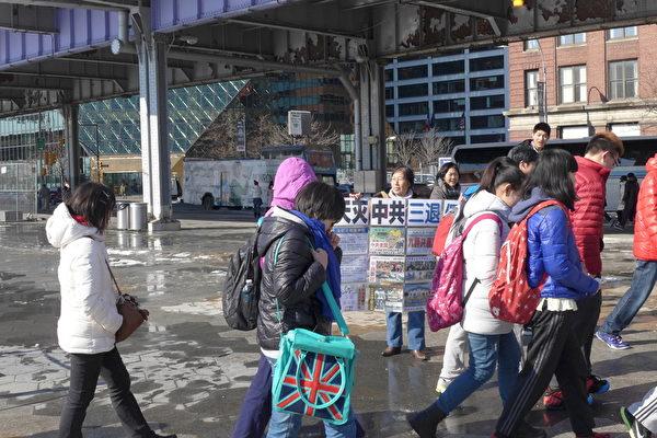 近几年来,来17码头的游览的大陆中学生团特别多,由老师带队出来。退党义工通过各种方式让大陆游客了解真相,包括手举真相展板、播放真相广播、发小册子、挂横幅等等,图为义工王女士和唐女士在向游客展示真相资料。(蔡溶/大纪元)