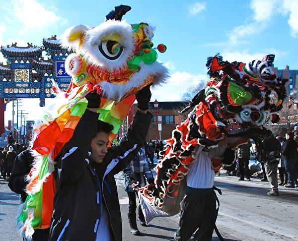 加拿大首都渥太华第36届冰雪节(Winterlude)于1月30日开幕,这个自1979年开始的北美最大的冬季节日,每年吸引近60万游客,其中1/3来自渥太华以外地区。华人庆新年活动成冰雪节一大亮点。(任乔生/大纪元)