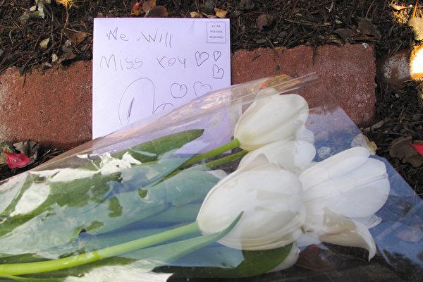 秀兰.邓波儿的家大门紧闭,门外的地上放着影迷送来的花和纪念卡片。(李文净/大纪元)