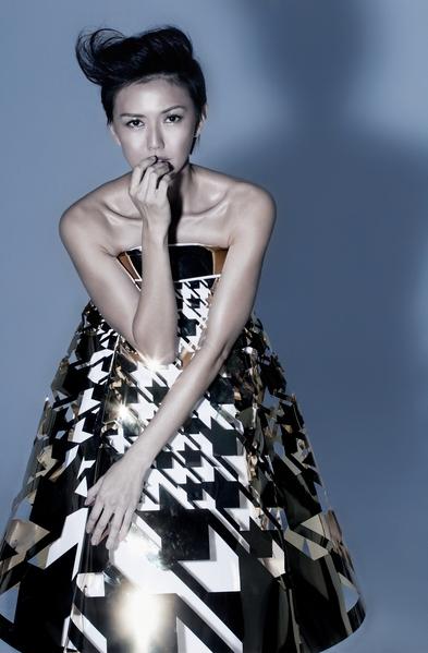 孙燕姿身穿金缕衣拍摄专辑封面。(环球国际唱片提供)