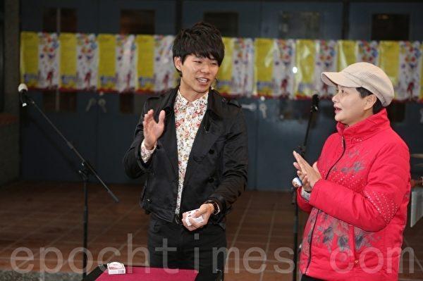 102年通过宜兰县街头艺人审查之曹昌元(左),在现场与文化局长林秋芳(右)的魔术秀。(曾汉东/大纪元)
