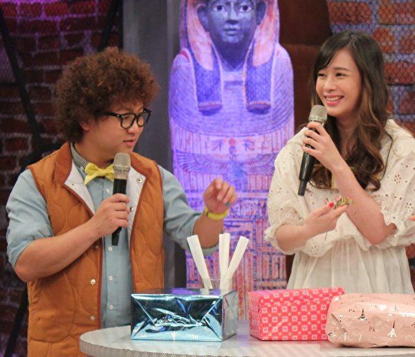 洪棠(右)上節目分享難忘的情人節禮物。收過血書的她,感覺很害怕。(超視提供)