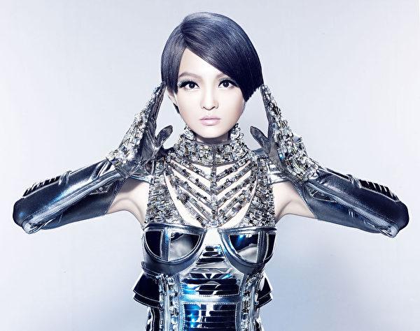 """张韶涵为试出完美的""""机器人look""""试妆到天亮。(天涵音乐提供)"""