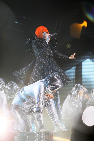 孙燕姿身穿黑色闪钻的太空星使装,鲜橘色超亮妹妹头发型亮相。(环球唱片提供)