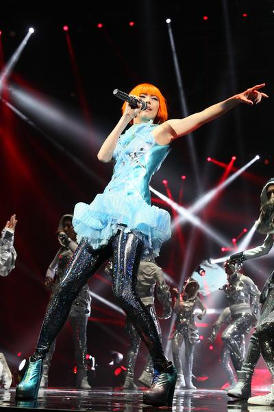 孙燕姿在12位舞者陪衬下,载歌载舞。(环球唱片提供)