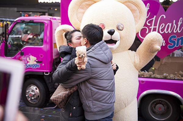纽约浪漫情人节,时代广场浪漫求婚。(戴兵/大纪元)