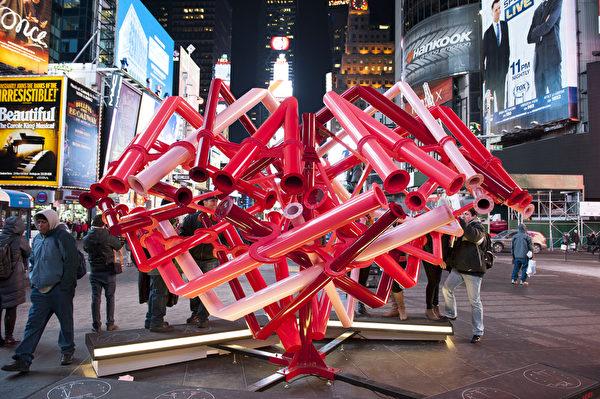 纽约浪漫情人节,时代广场象征情人节的心形雕塑。(戴兵/大纪元)
