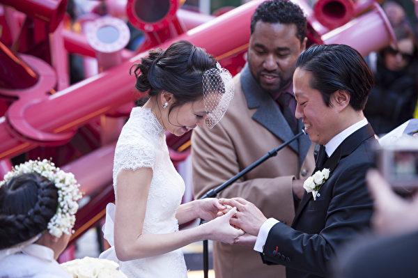 纽约浪漫情人节,时代广场喜结连理的浪漫情侣。(戴兵/大纪元)