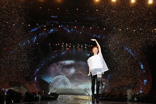 亚洲重量级天后孙燕姿功力不减反增,连二场演唱会劲歌热舞掀起全场高潮。(环球国际提供)