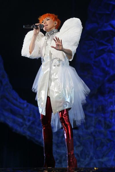 燕姿穿上翅膀造型外套,唱《我要的幸福》、《当冬夜渐暖》全场为之动容。(环球国际提供)