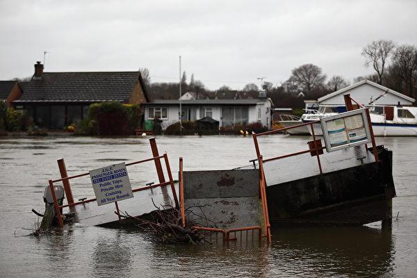 英国泰晤士河畔遭暴风雨重创的社区,15日灾情加重。(Dan Kitwood/Getty Images)