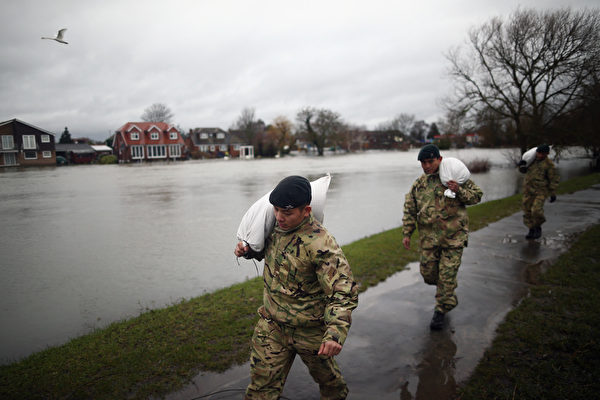 英国泰晤士河畔遭暴风雨重创的社区,14日国防部动员3000多名军人协助救灾。(Dan Kitwood/Getty Images)