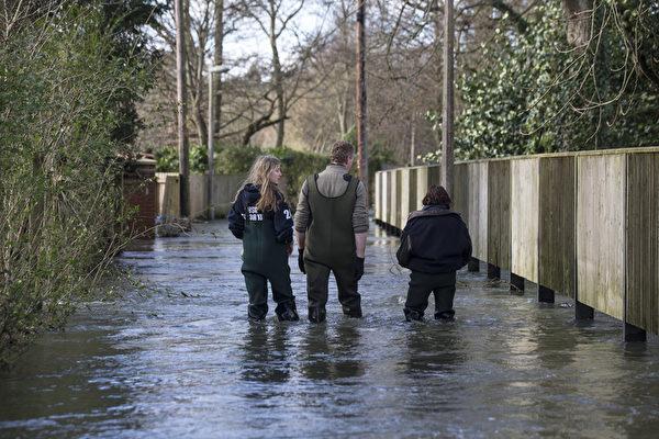 英国泰晤士河畔遭暴风雨重创的社区,15日灾情加重。(Oli Scarff/Getty Images)