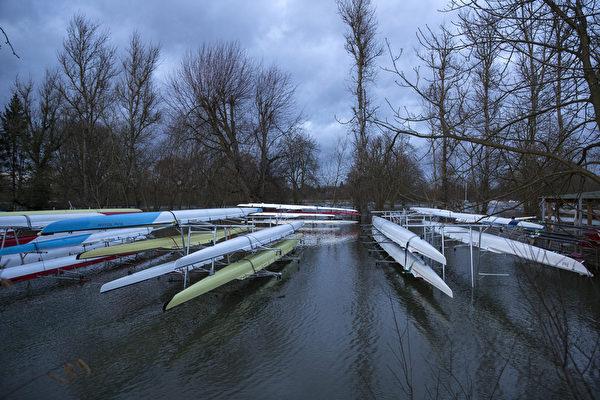 英国泰晤士河畔遭暴风雨重创的社区,15日灾情加重。图为毗邻泰晤士河被淹的船厂。(Oli Scarff/Getty Images)