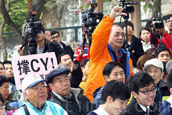 前商台烽煙節目主持人李慧玲在封咪事件後出席《城市論壇》,大批「梁粉」到場對她進行包圍辱罵,成為梁振英在香港執行江派意旨、打壓李慧玲的鐵證。(潘在殊/大紀元)