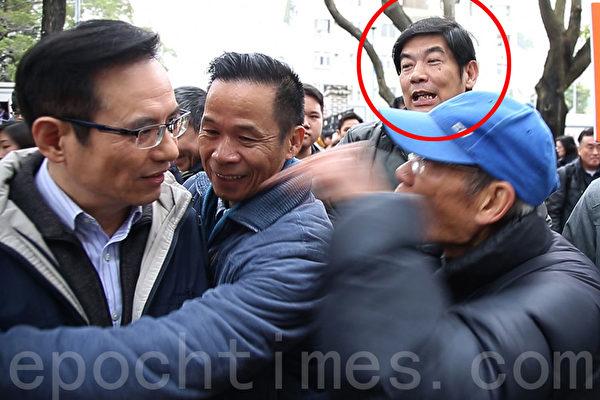 2月16日出現在《城市論壇》圍攻侮辱李慧玲的愛字頭組織「保衛香港運動」成員(紅圈),此前也曾經出現在香港銅鑼灣青關會侵擾法輪功真相點的現場。(潘在殊/大紀元)