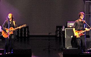 圖:動力火車-莫忘初衷、繼續轉動演唱會現場,顏志琳(左)和尤秋興(右)的搖滾二人組。(孫玉玟/大紀元)